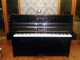 Pianoforte a muro Rõnisch nero laccato